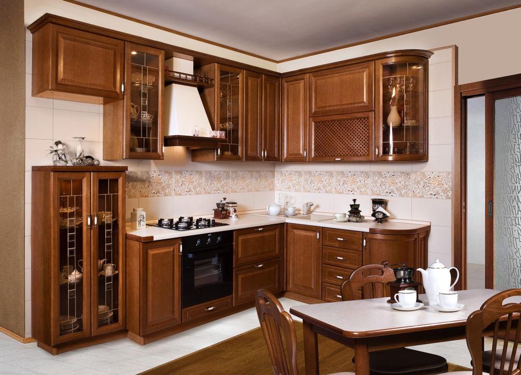 Светло-коричневая кухня с деревянными фасадами