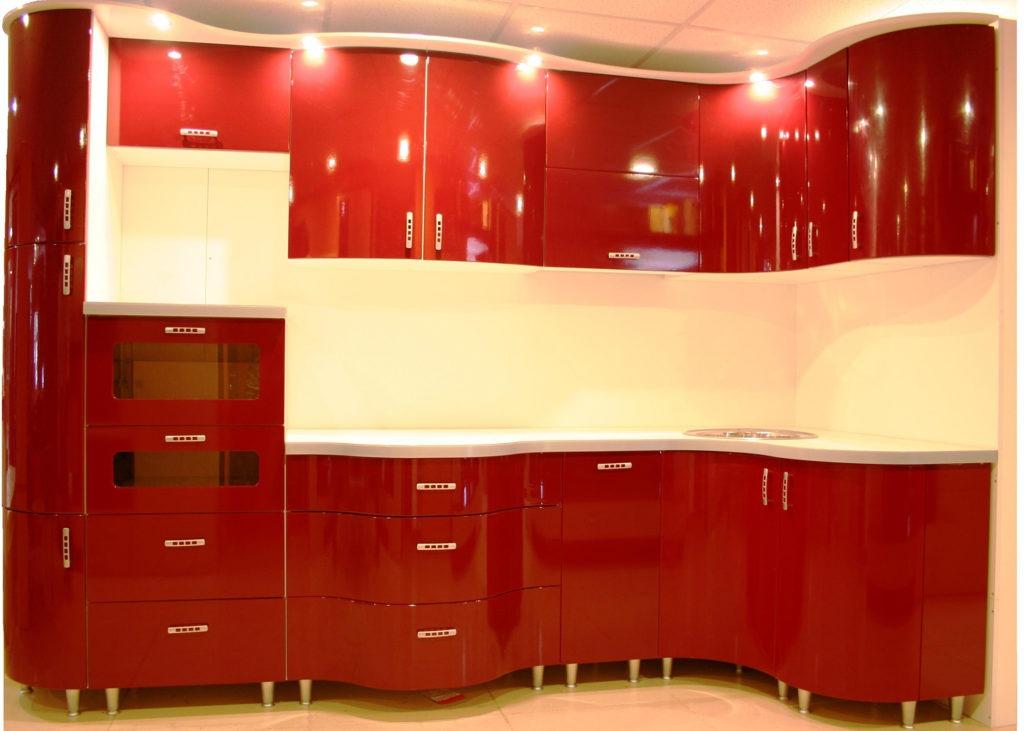 Красная глянцевая кухня с гнутыми фасадами