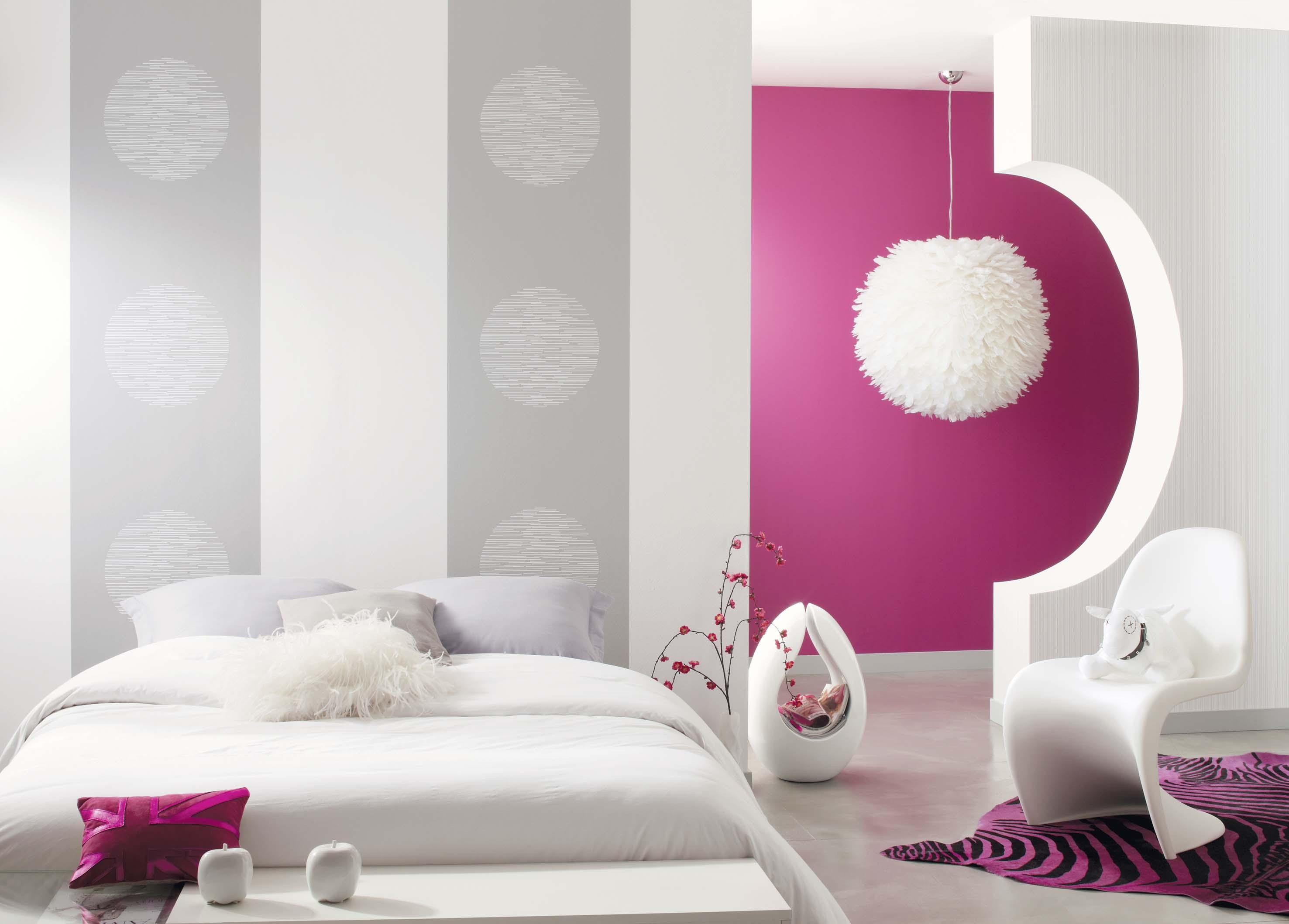 Комбинирование фиолетовых и серых обоев в спальне