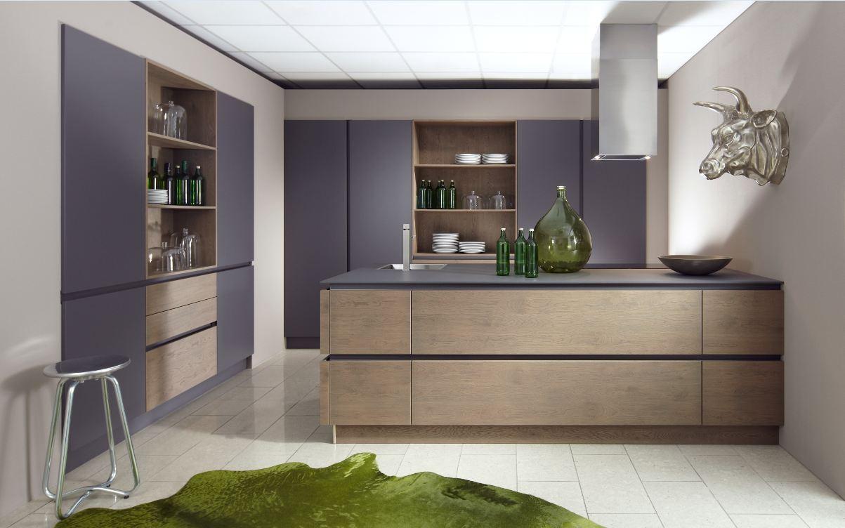 Расположение фиолетового холодильника на кухне