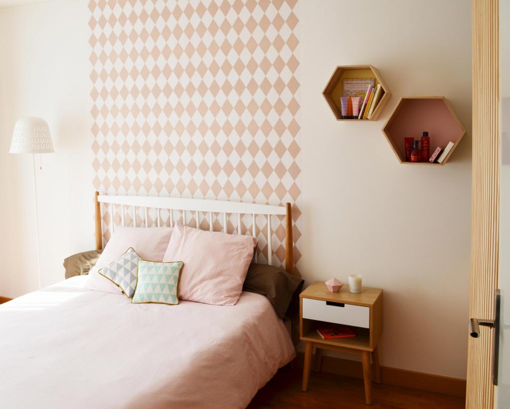 Комбинирование обоев с геометрическим рисунком в спальне