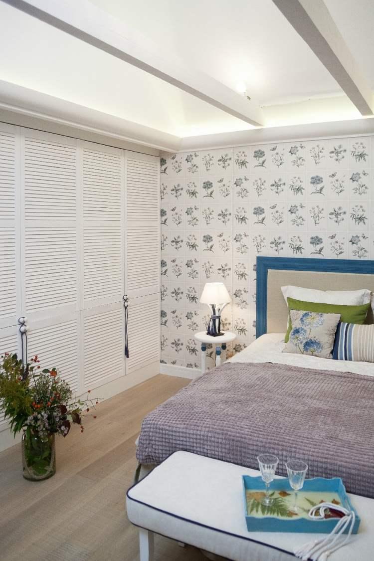 Комбинирование голубых обоев в спальне
