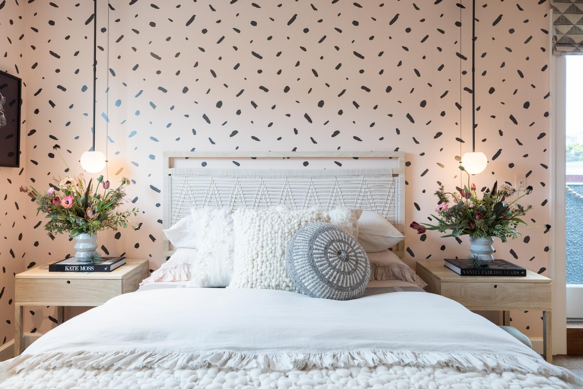 Комбинирование обоев в горошек в спальне