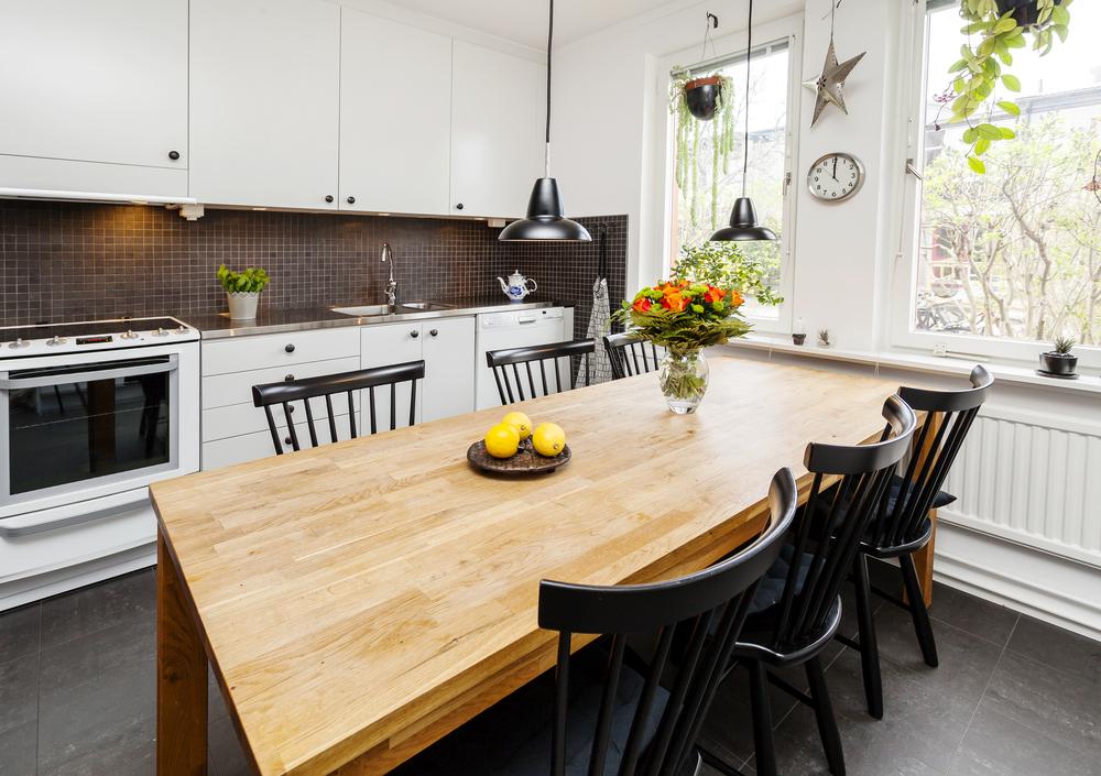 Темно серый пол на кухне