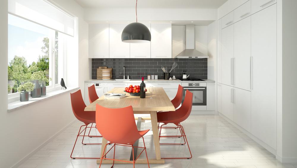 Красные стулья на серой кухне