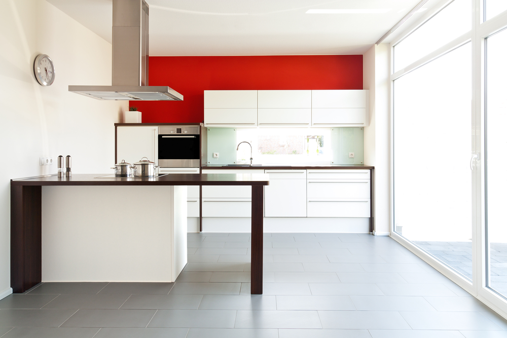 Серая кухня в сочетании с красным