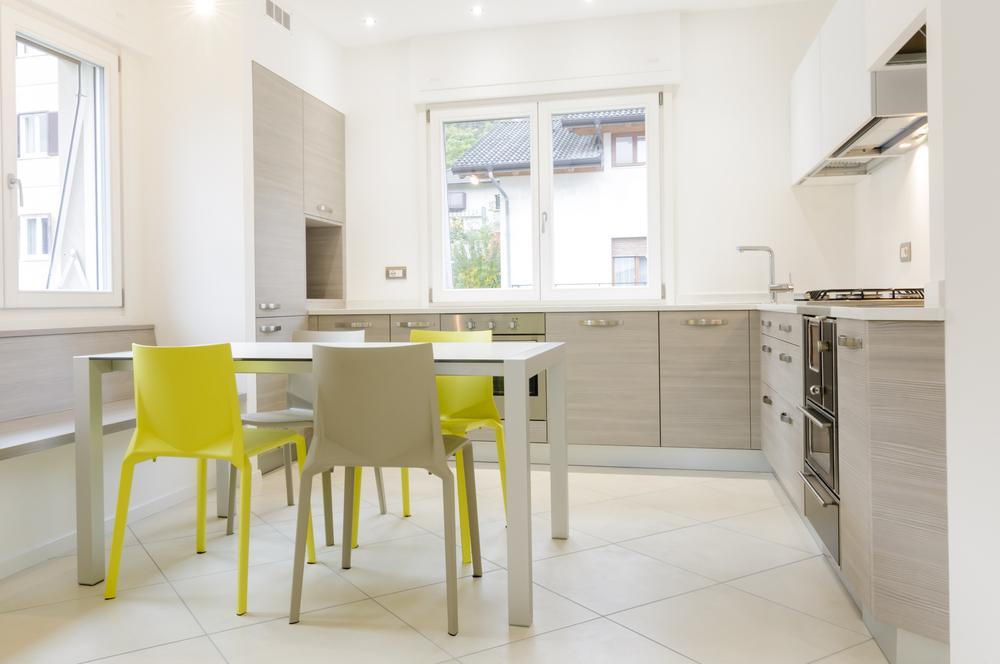Желтые стулья на серой кухне