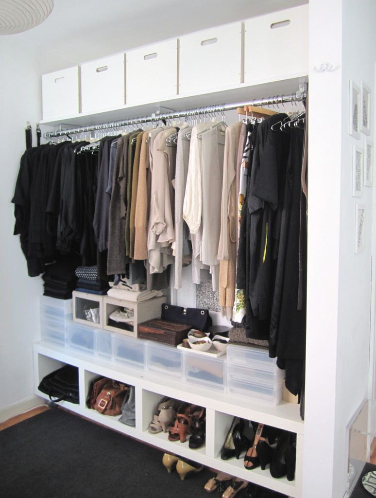 Организация небольшой гардеробной в нише