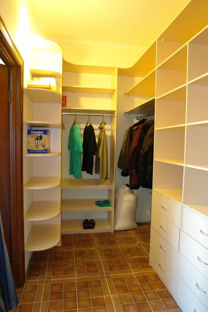Небольшая гардеробная комната с белой мебелью