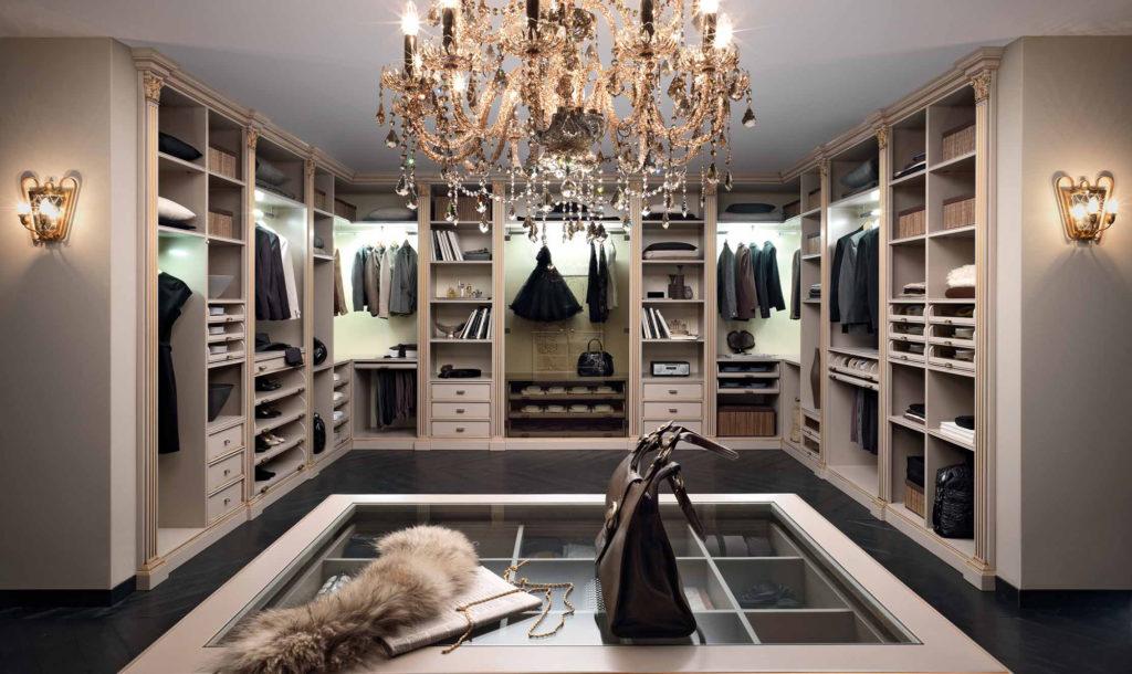 Интерьер просторной гардеробной в классическом стиле