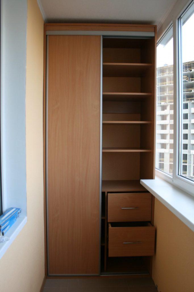 Маленький гардеробный шкаф на балконе