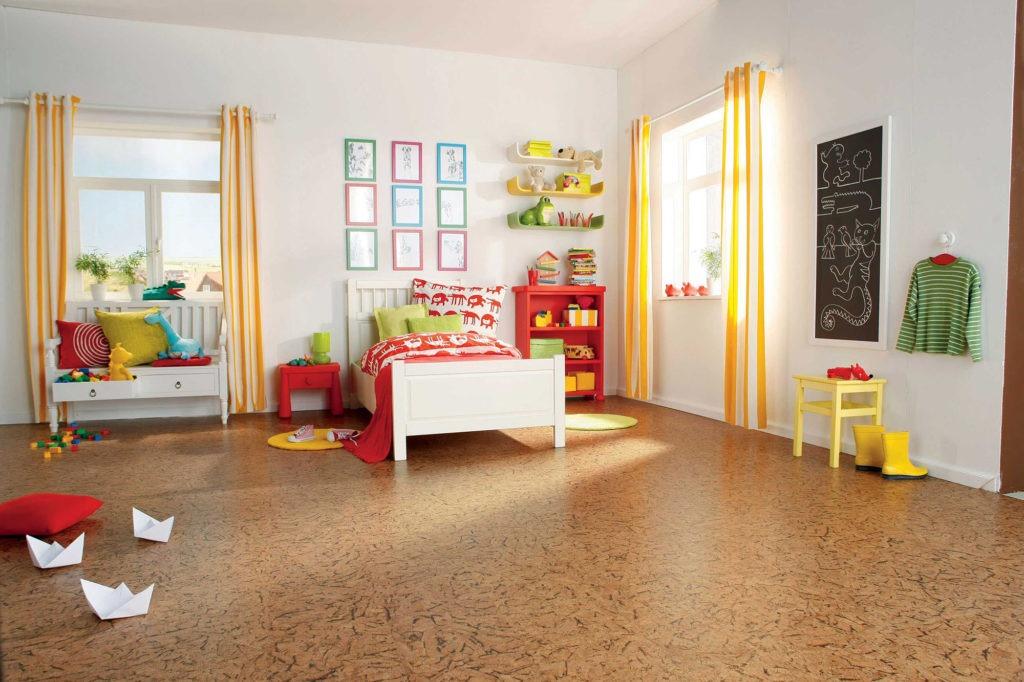 Коричневый пробковый пол в детской комнате