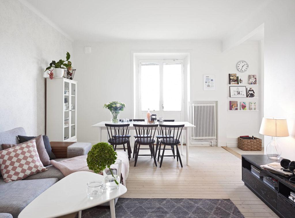 Светло-коричневый пол и белые двери