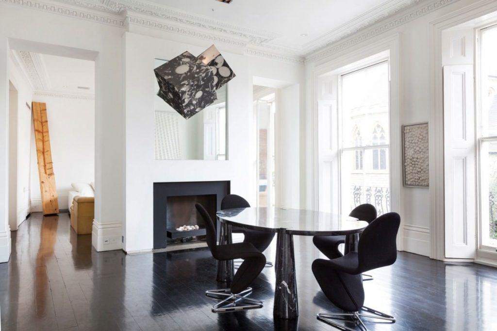 Черный пол с белыми стенами и потолком