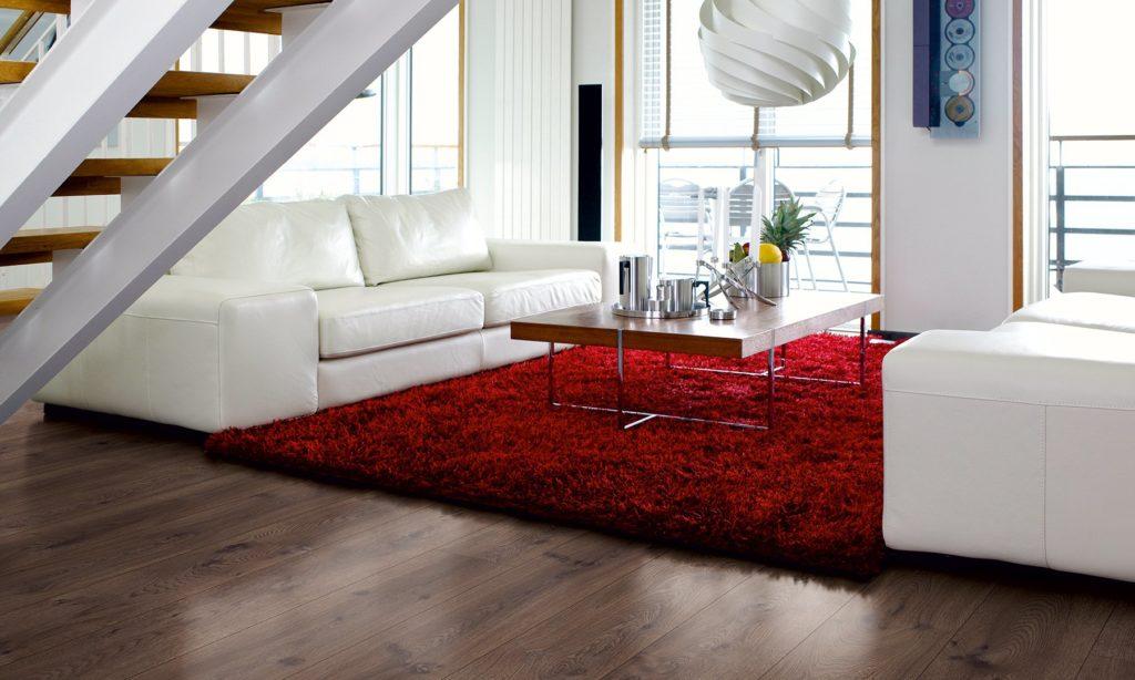 Красный ковер в коричнево-белом интерьере