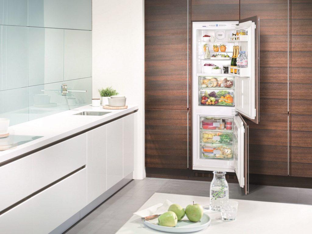 Замаскированный коричневый холодильник на кухне