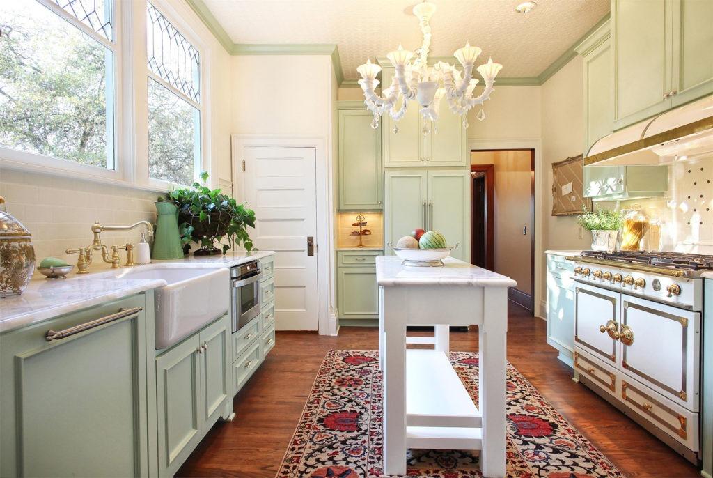 Холодильник на кухне в стиле прованс