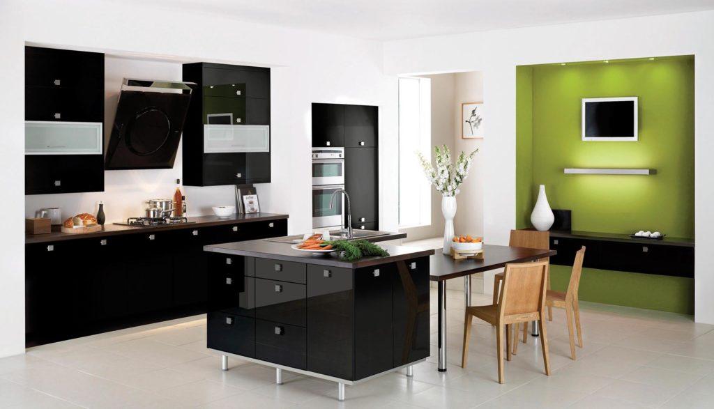 Встроенный холодильник на глянцевой кухне