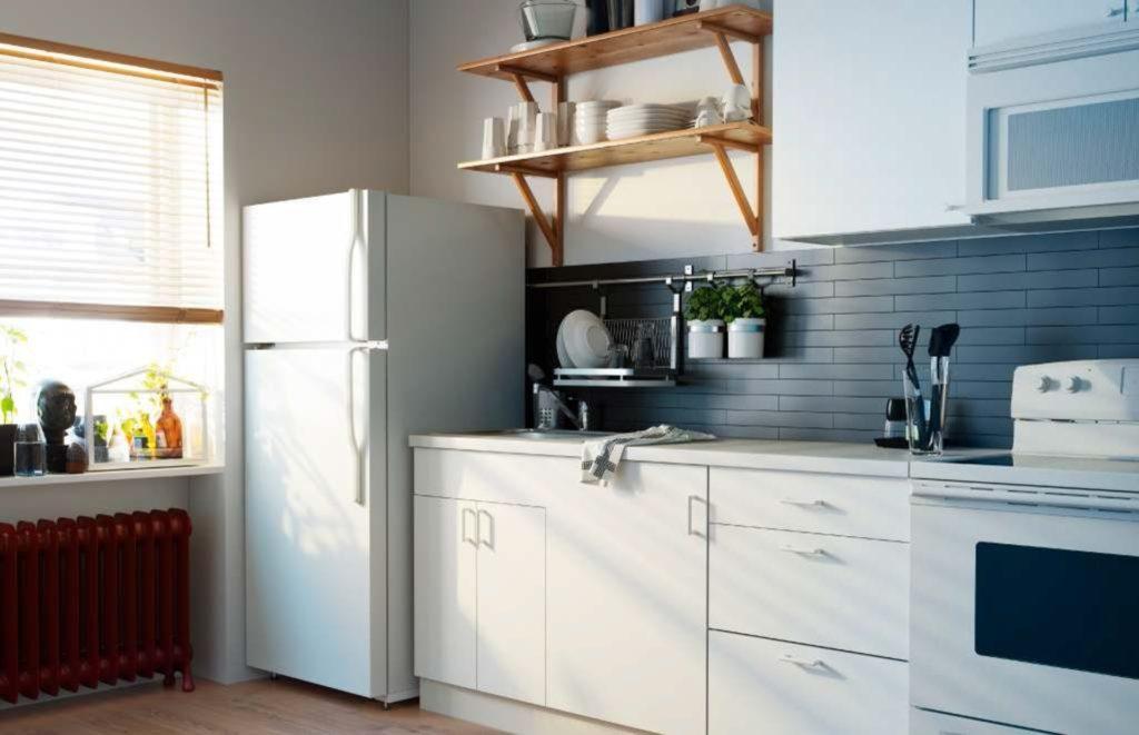 Небольшой холодильник в углу кухни