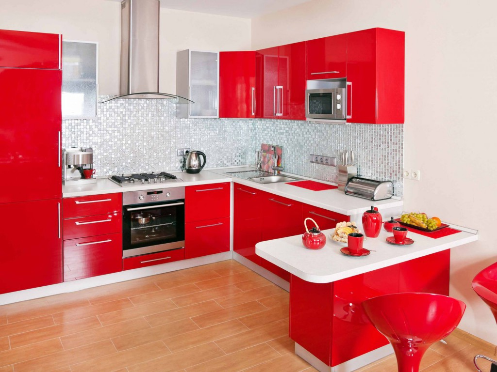Холодильник на красно-белой кухне с обеденной зоной