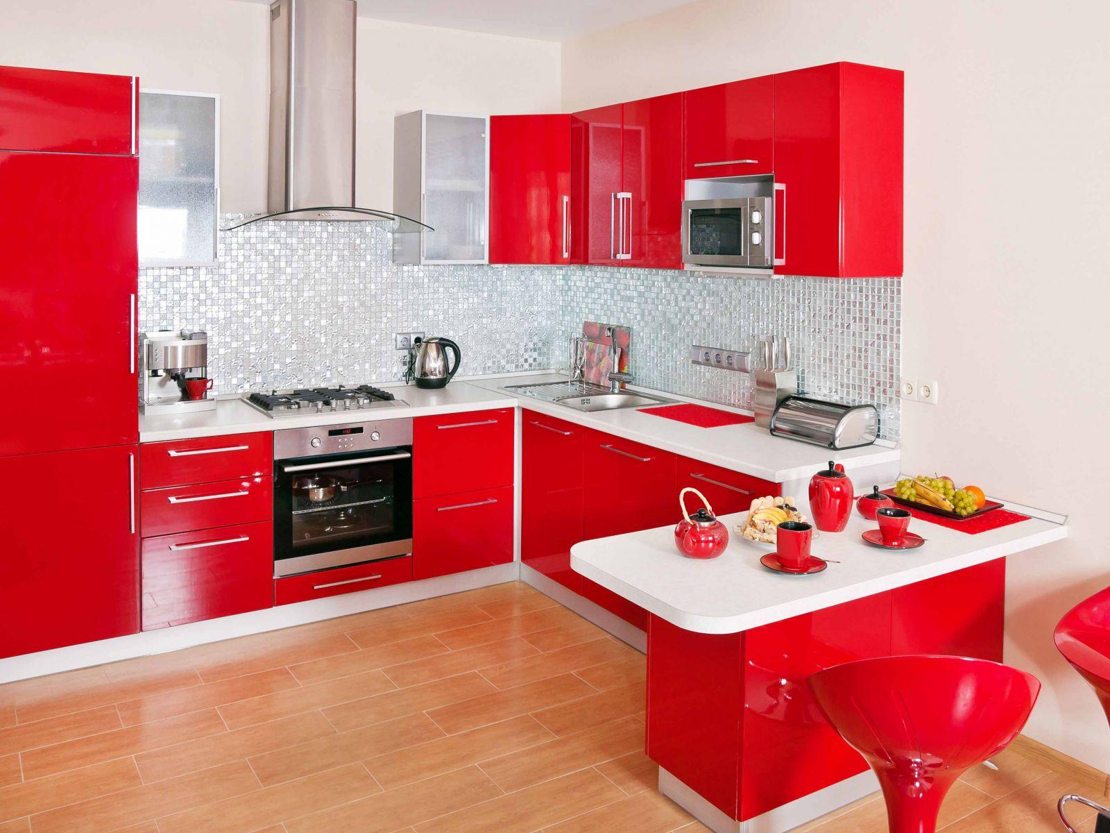 Холодильник на красно-белой кухне с обеденной зоной.