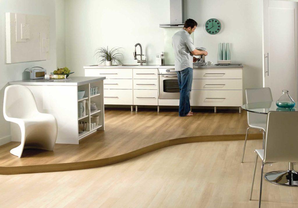 Двухуровневый пол с ламинатом на кухне