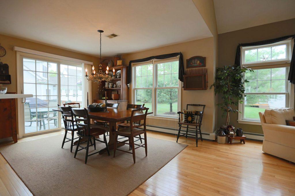Ламинат и ковер в гостиной-кухне