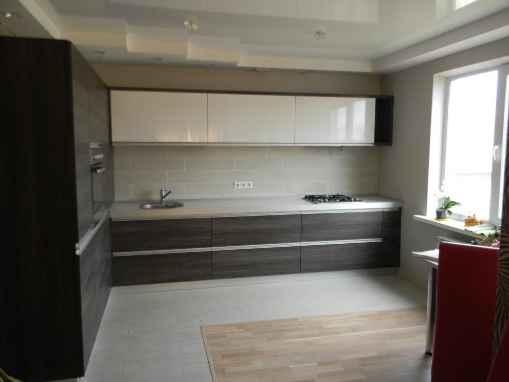 Плитка и ламинат на черно-белой кухне
