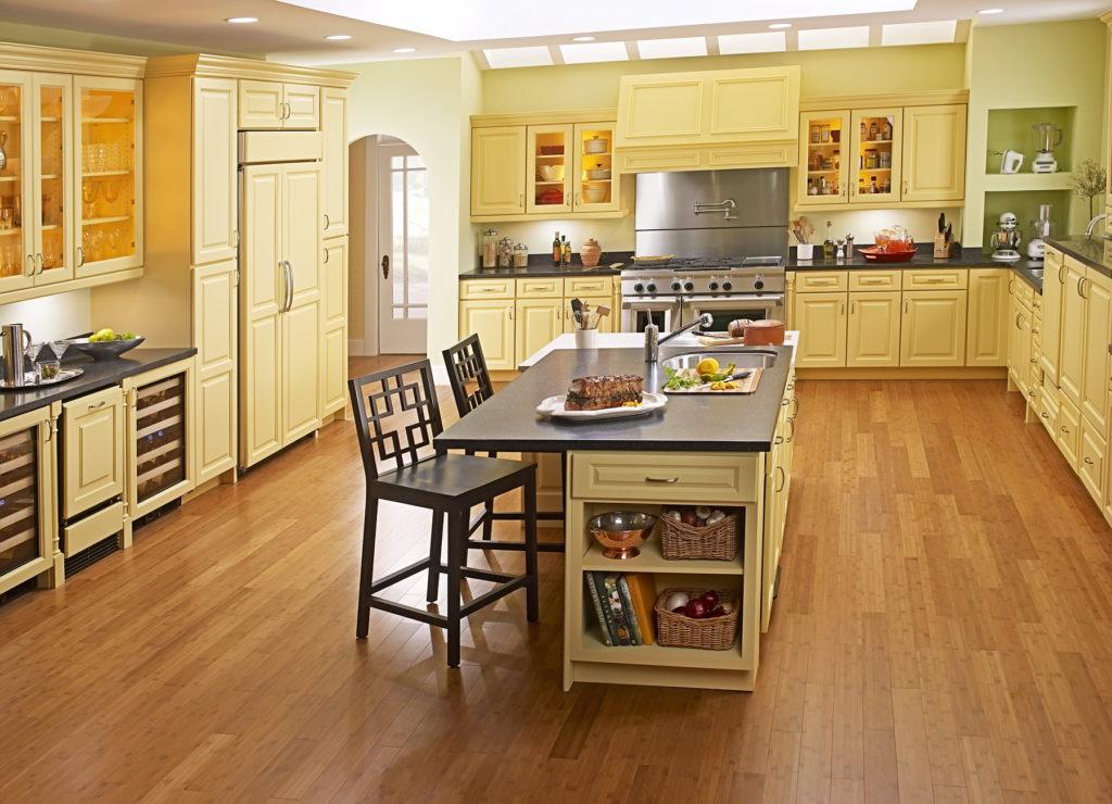 Ламинат на современной просторной кухне