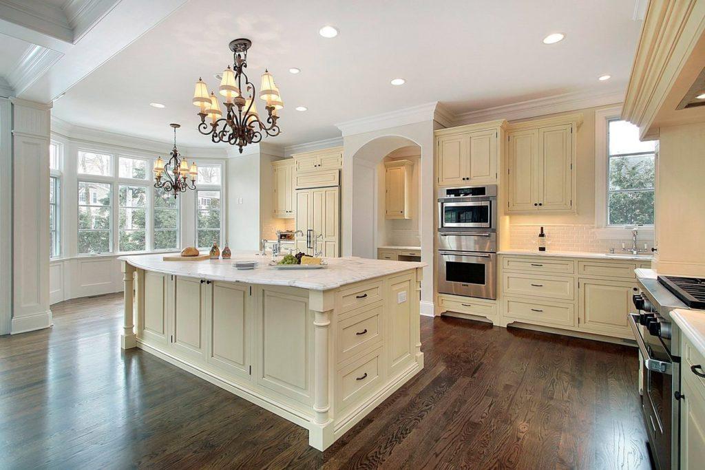 Ламинат под дерево на кухне в классическом стиле