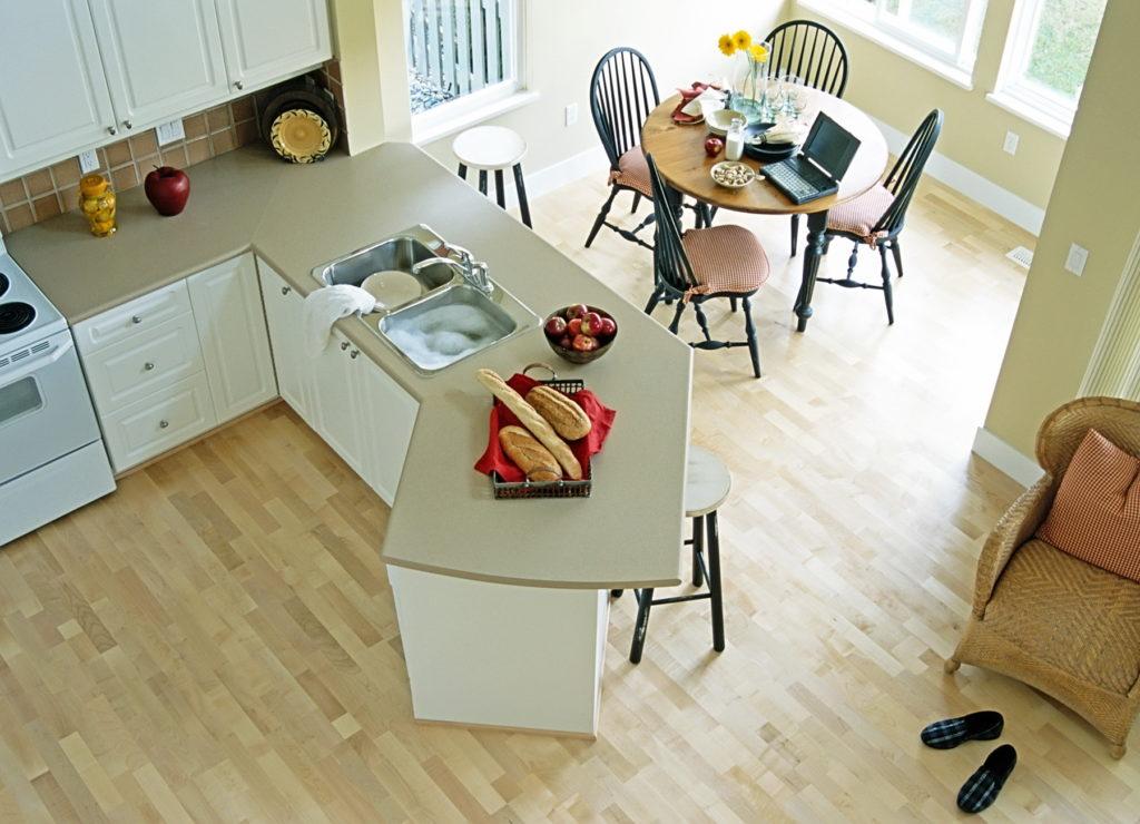 Ламинат на небольшой светлой кухне