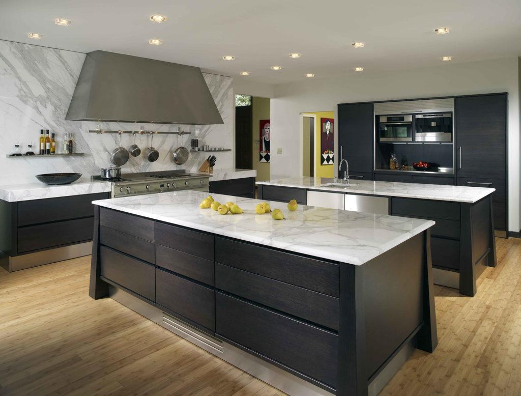 Коричневый ламинат на черно-белой кухне
