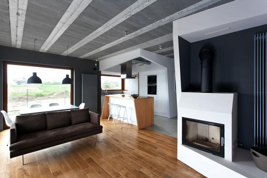 Ламинат и плитка хорошо зонируют гостиную и область кухни