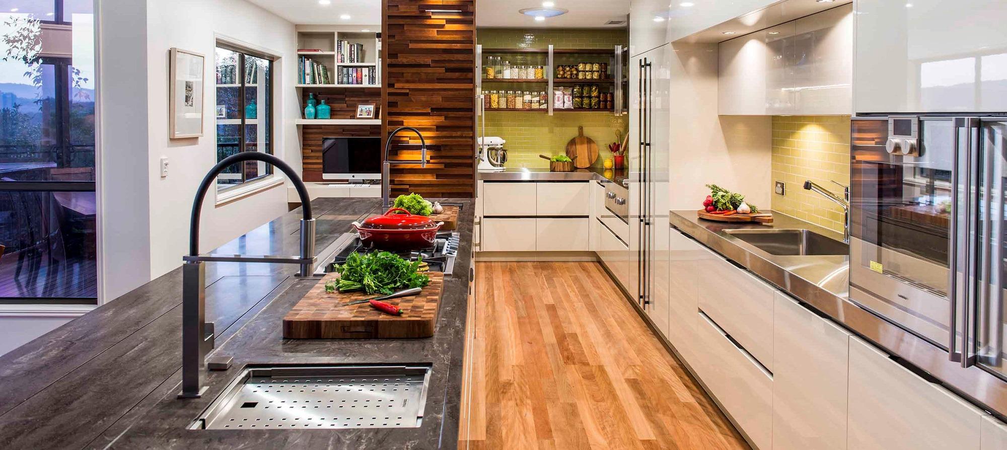 Варианты столешниц на кухне из натурального материала, пластика или стекла (23 фото)