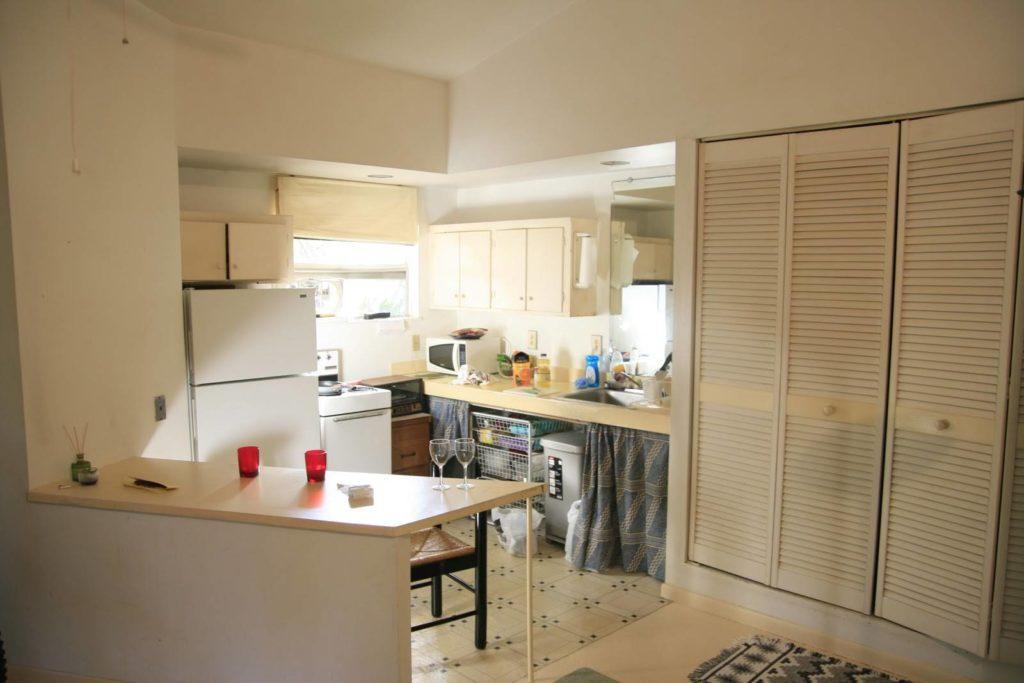 Небольшая светлая барная стойка на кухне