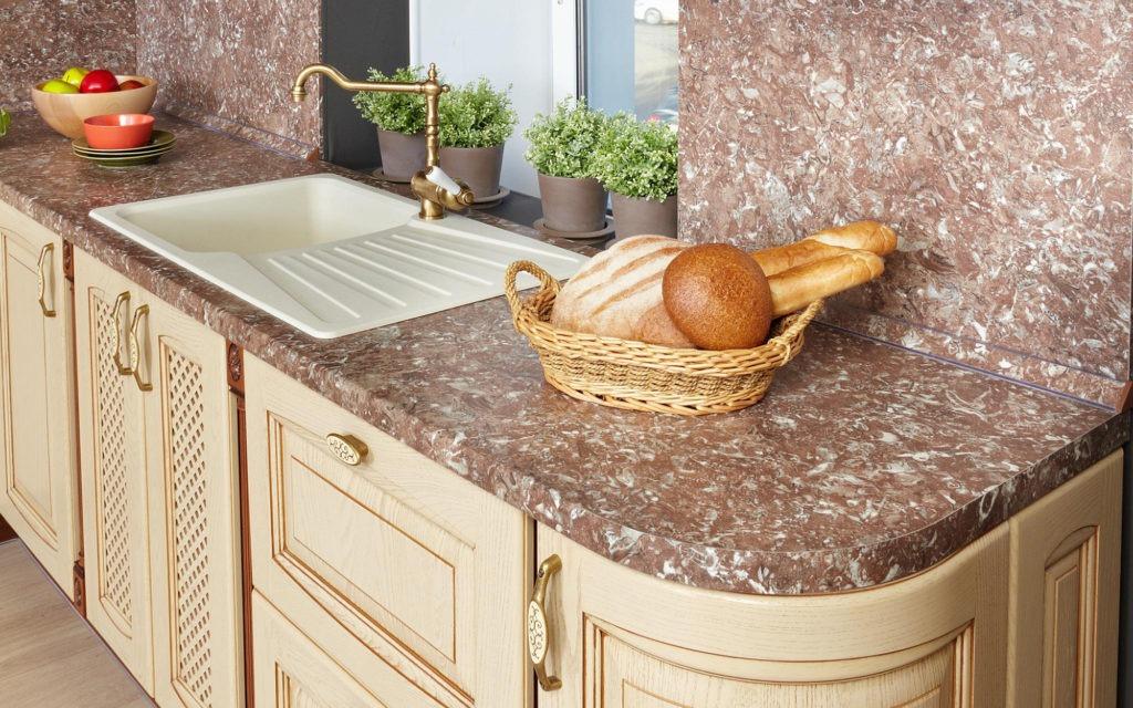 Коричневая кухонная столешница из искусственного камня