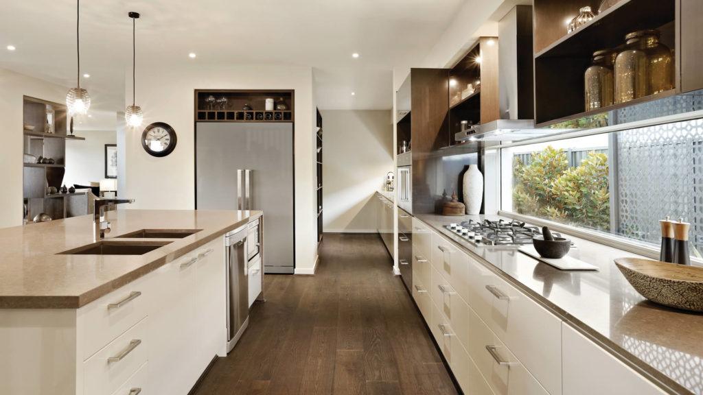 Большая уютная кухня с каменными столешницами