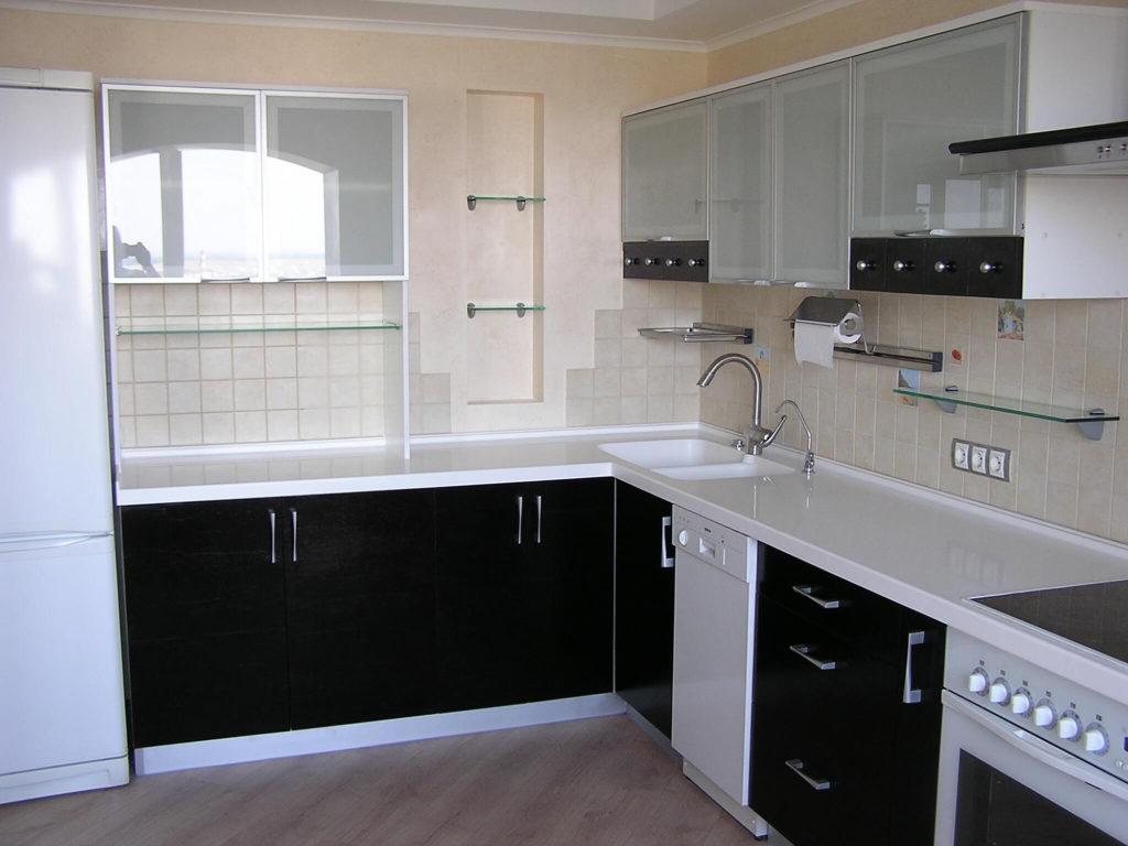 Контрастная кухня с белыми столешницами