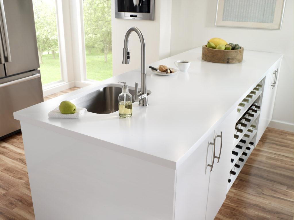 Белая столешница расширяет пространство кухни