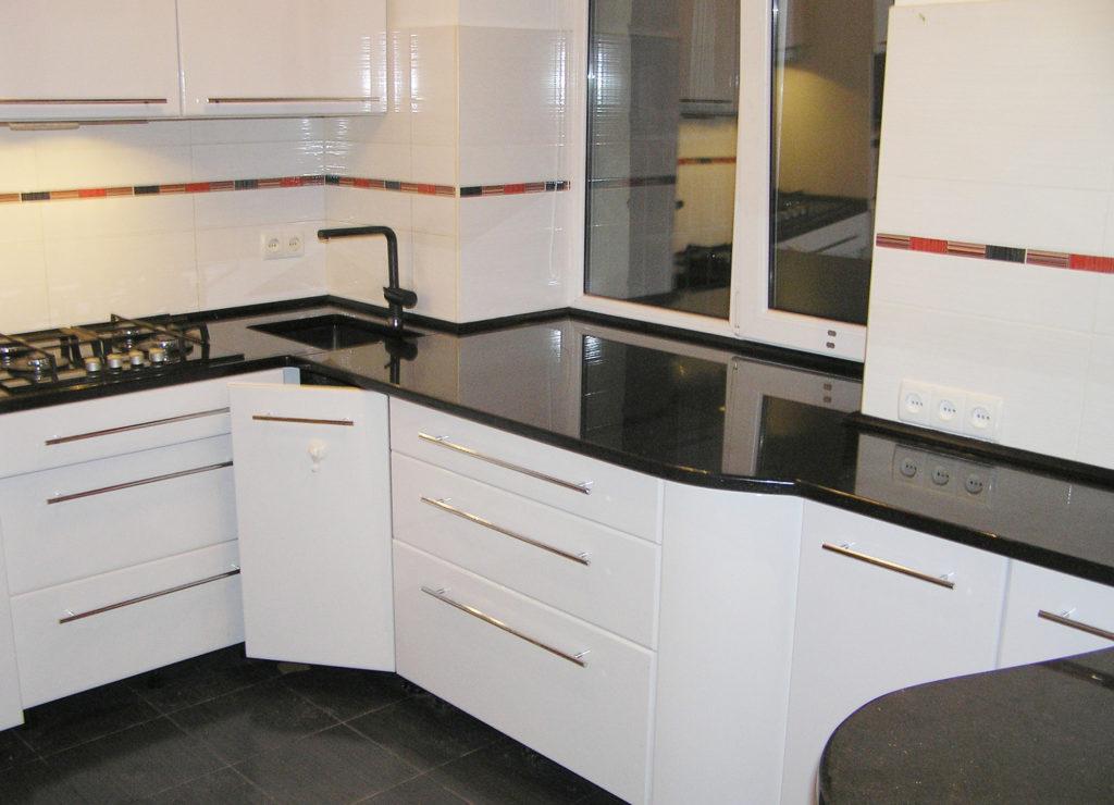 Кухонная столешница из черного камня