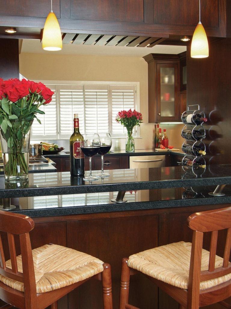 Барная стойка на кухне из черного камня