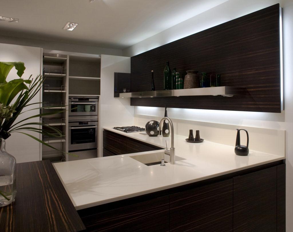 Темная кухня со светлой каменной столешницей