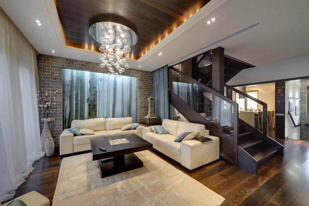 Ниспадающие на пол светлые шторы в гостиной