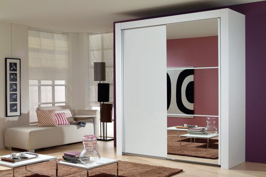 Зеркальная дверца шкафа помогает расширить пространство гостиной