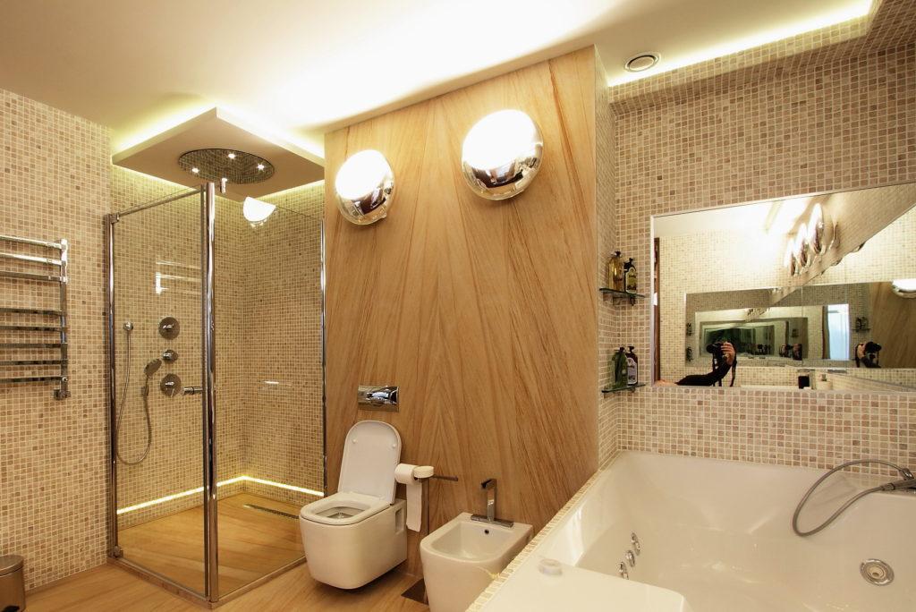 Яркое освещение в ванной  делает ее просторнее