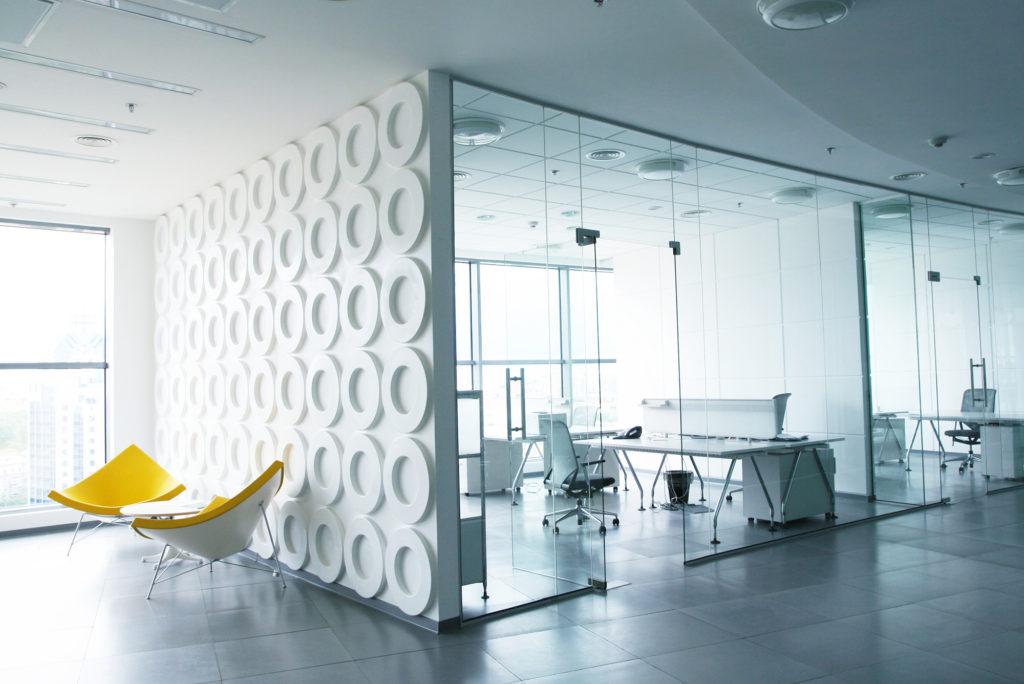 Стеклянные двери и стены безусловно помогают увеличить комнаты