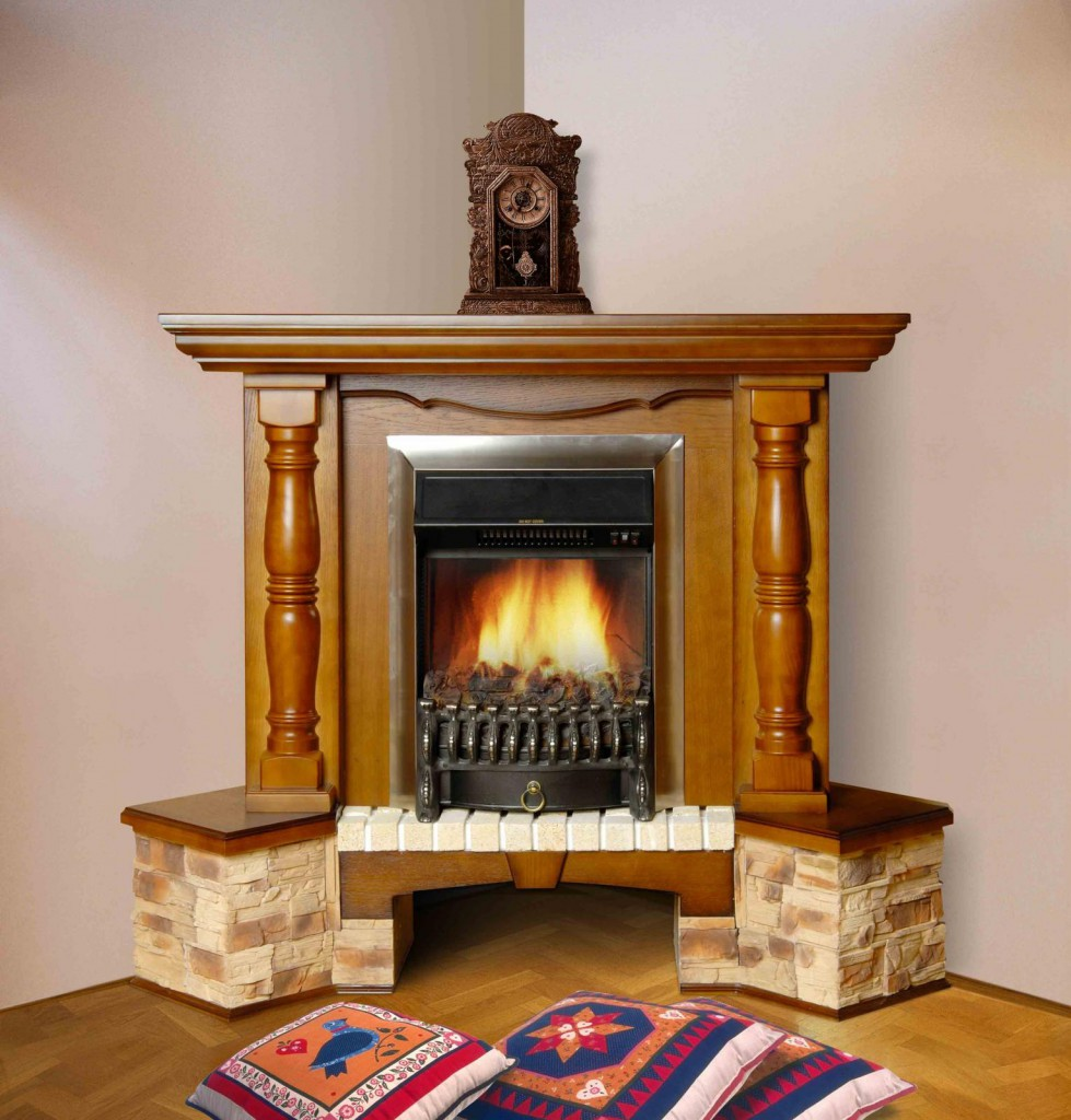Угловой камин в деревянном обрамлении