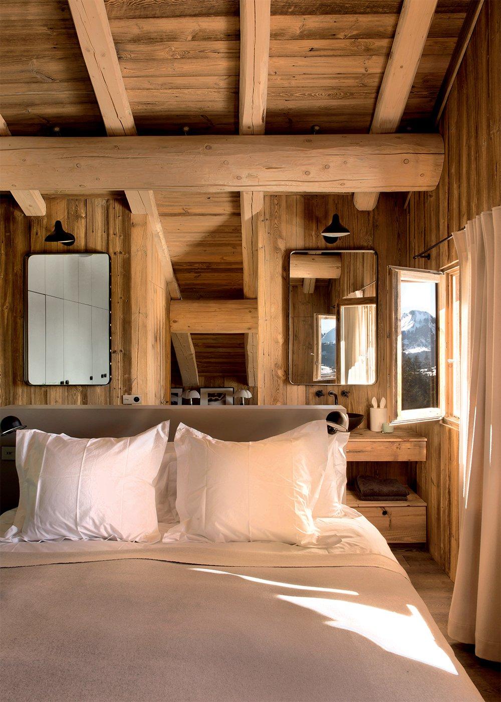 Спальня в мансарде в стиле кантри