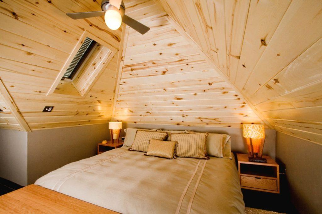 Маленькая спальня в стиле кантри с деревянными панелями