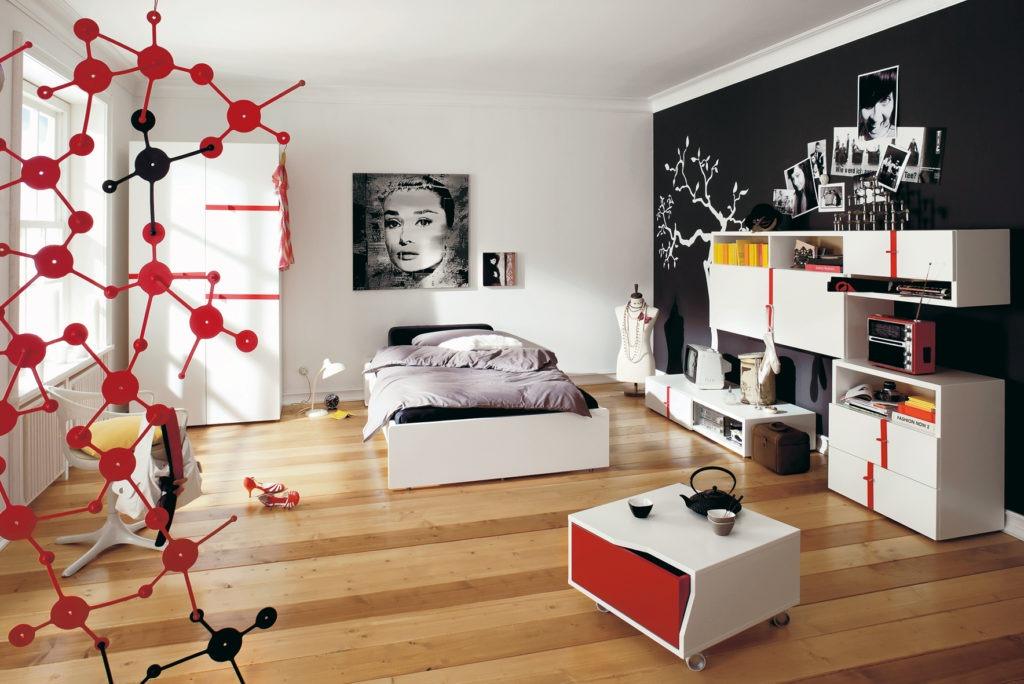 Постеры и фотографии в большой спальне